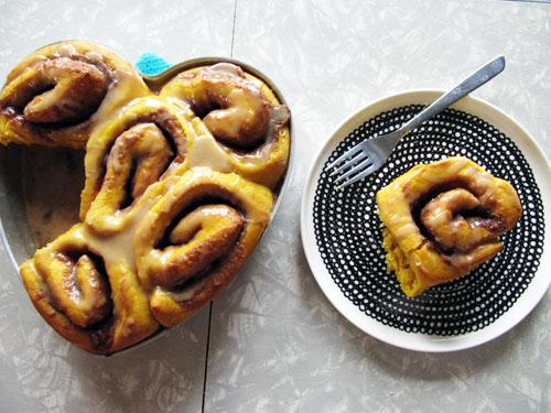Pumpkin Cinnamon Rolls {No-Knead} + Brown Sugar Glaze